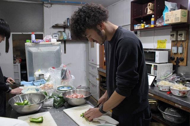 料理中のしげちゃん